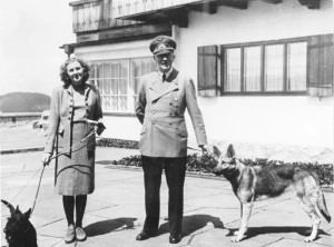 Eva, Hitler e Blondi: família explosiva.